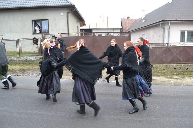 Tancujúce hasičky v Badínskych krojoch v Dolnom konci